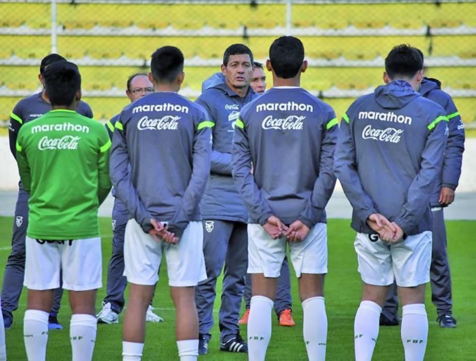 El estratega Mauricio Soria (c) conversa con sus jugadores.