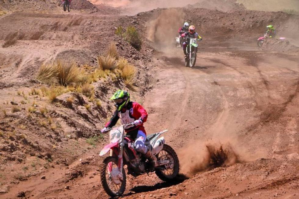 """Los pilotos en plena competencia en el circuito de """"Irupampa Chica""""."""