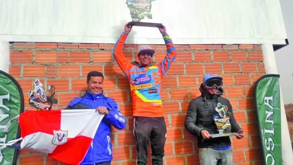 Los pilotos Lorenzo Locurcio, Marco Antezana y Jorge Gamarra en el podio de ganadores.