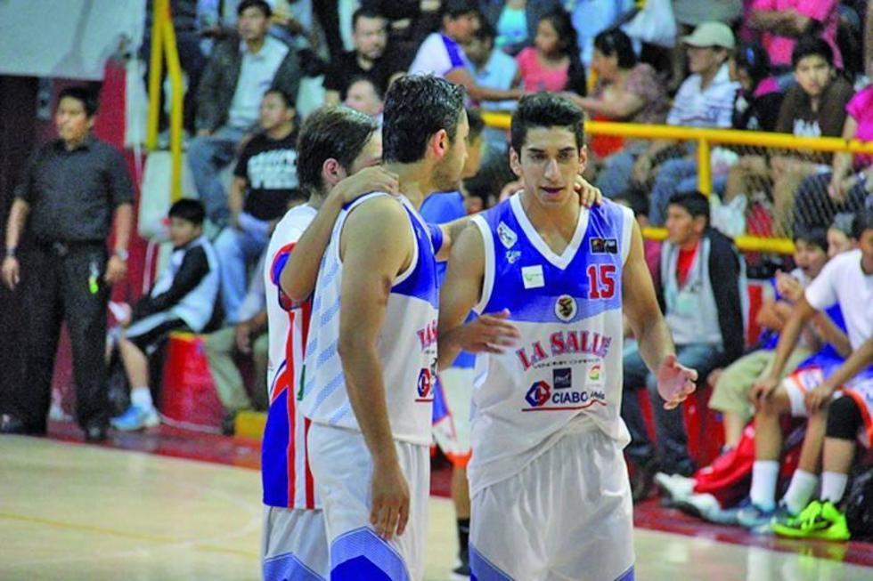 Los basquetbolistas Martín Ochoa y Diego Olguín.