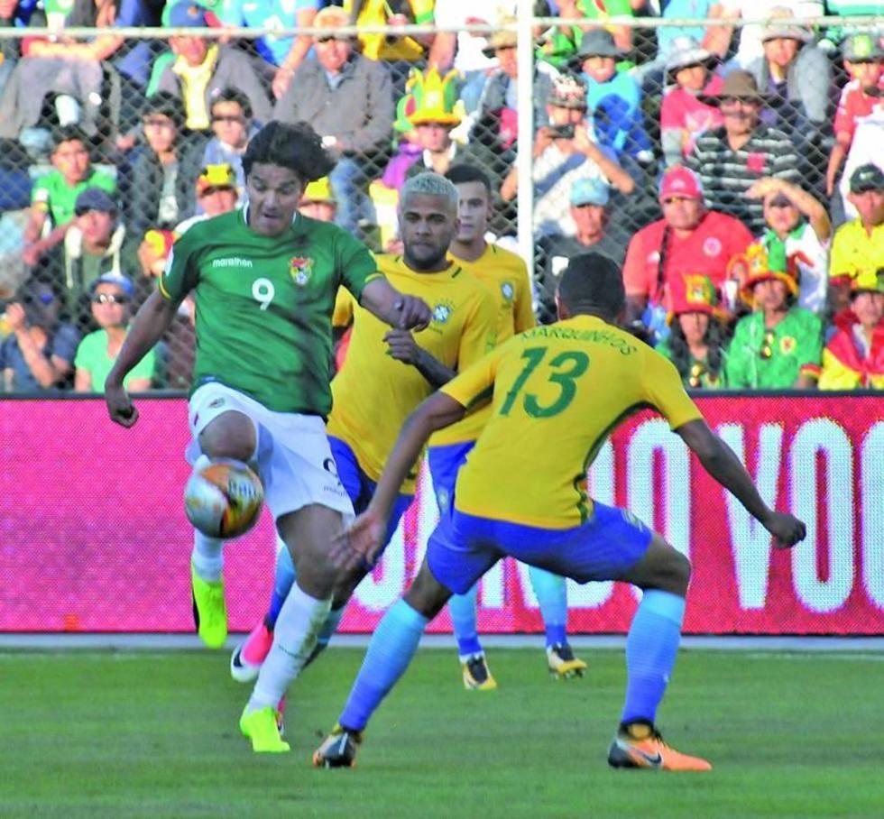 Marcelo Martins domina el balón ante la presión de sus rivales.