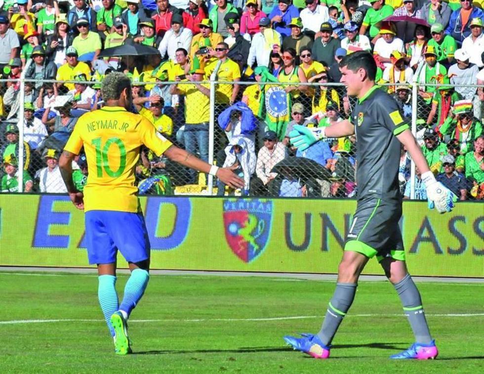 El delantero brasileño saluda al guardameta boliviano.