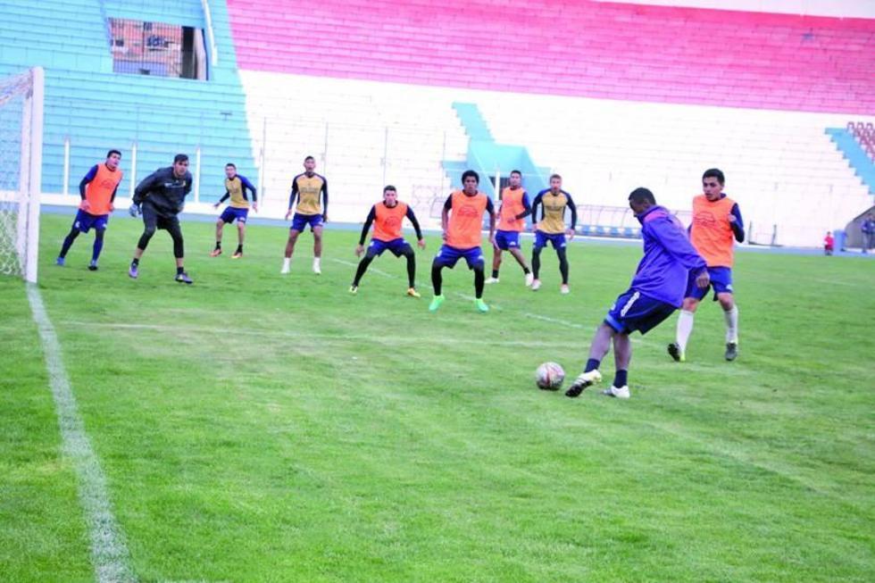 Los jugadores lilas durante su entrenamiento previo al partido.