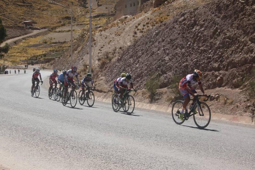 Los ciclistas en plena competencia.