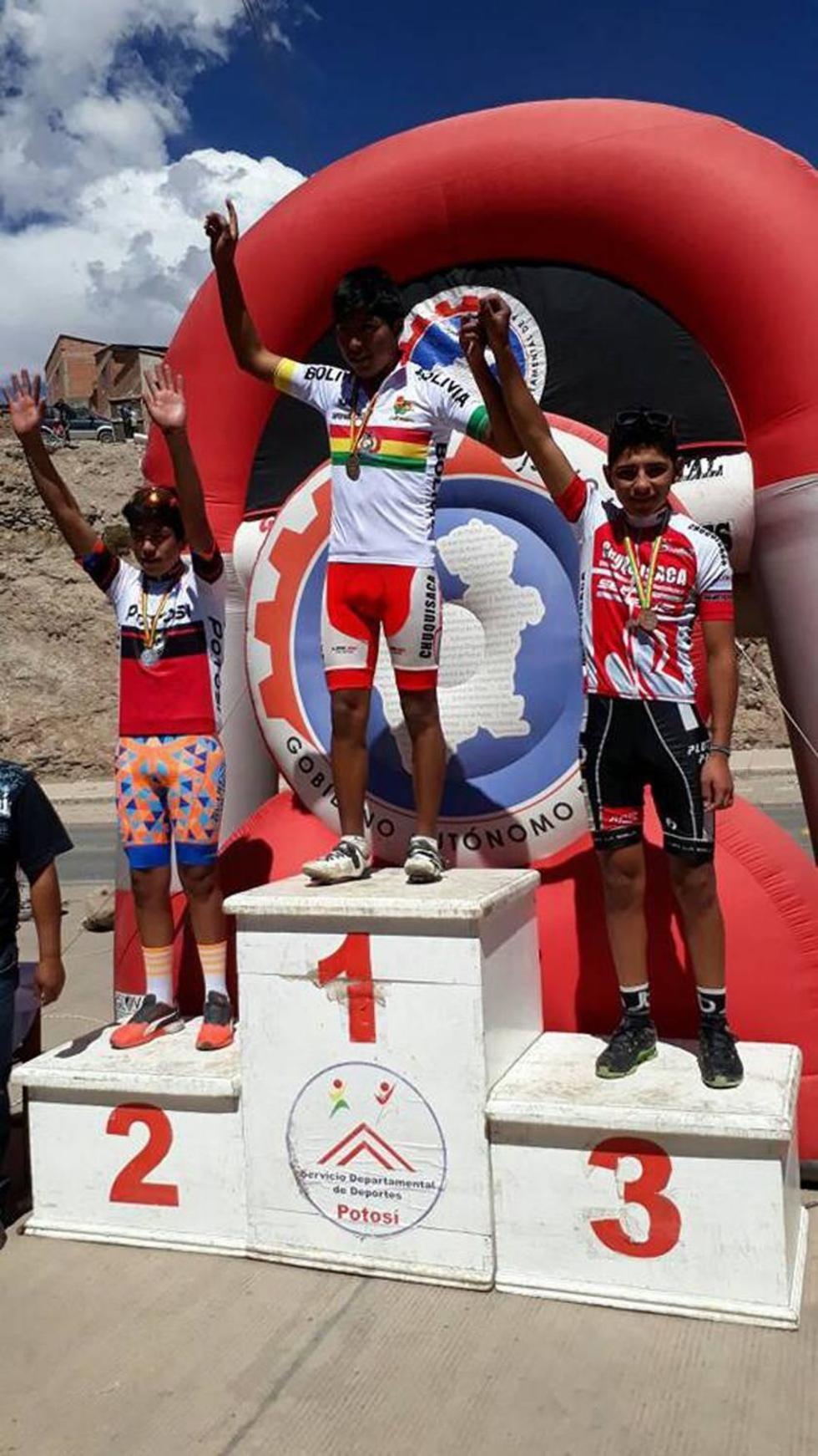 Ariel Moyata, Elvis Rengifo y Kevin Bolaños en el podio de ganadores.