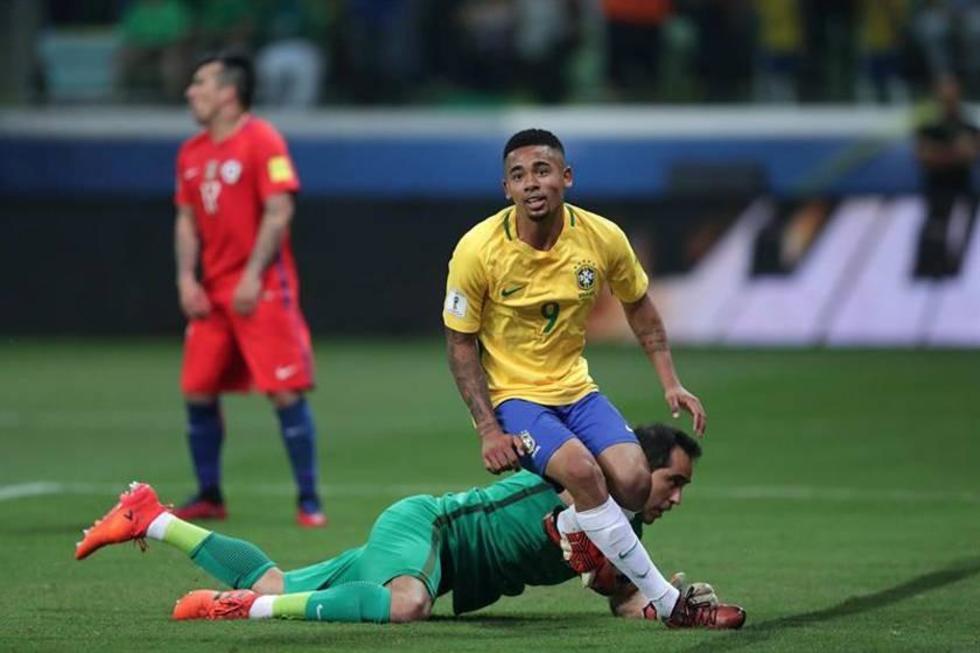 El jugador brasileño Gabriel Jesús (c) anotá ante el portero Claudio Bravo, de Chile.