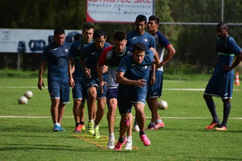 Los jugadores del Hércules aviador, en plena práctica.