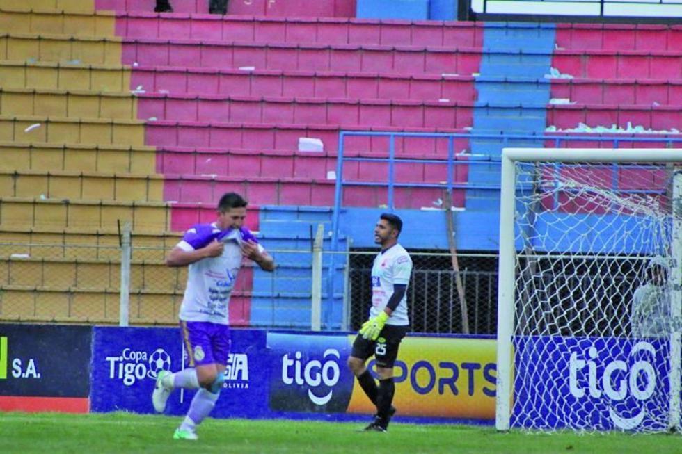 Vladimir Castellón festeja el primer gol del cotejo.