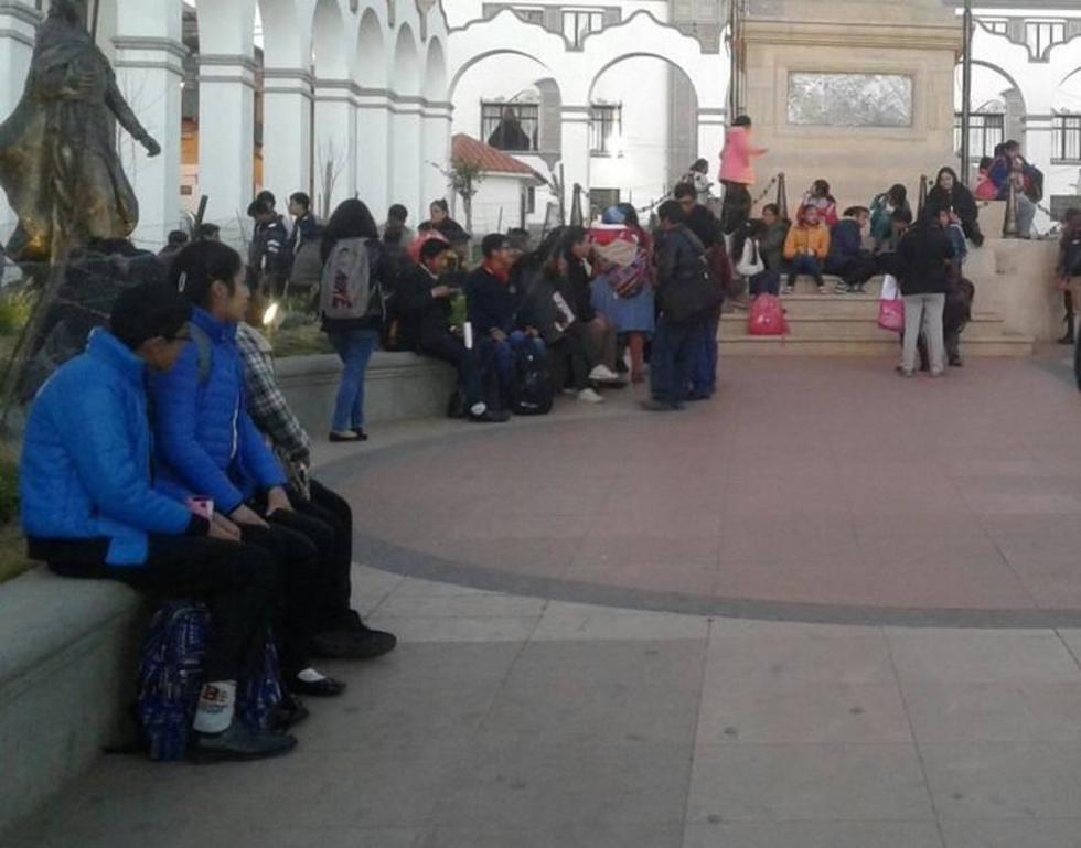 Los interesados se reúnen en el centro de la ciudad para el llamado de lista.