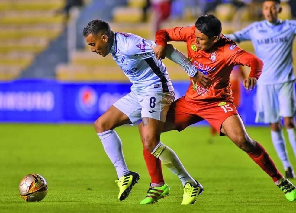 William Ferreira (i) trata de dominar el balón ante la presión del rival.