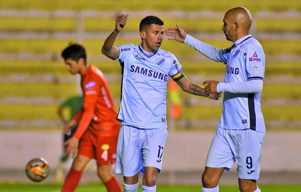 Juan Carlos Arce y Marcos Riquelme festejan uno de los goles.