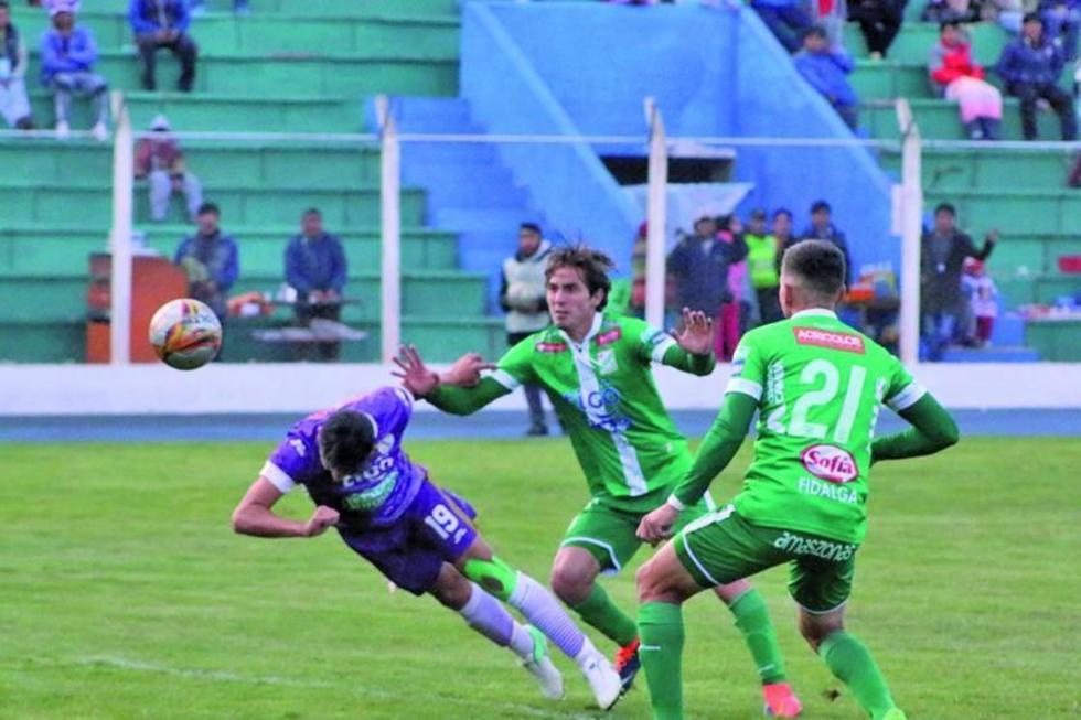 Vladimir Castellón cabecea el balón para convertir el único gol del partido.