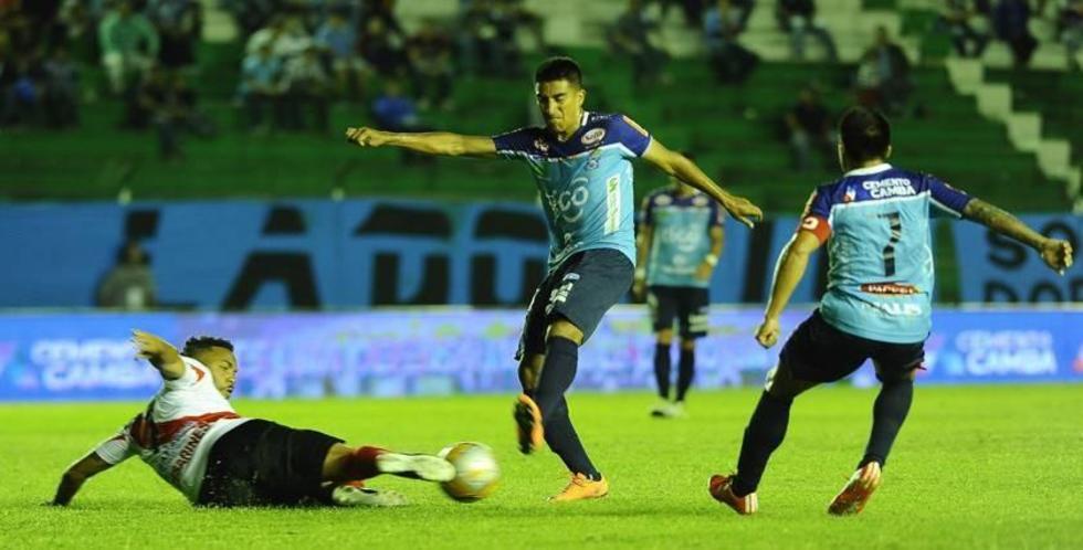 Thiago Dos Santos trata de despejar el balón.
