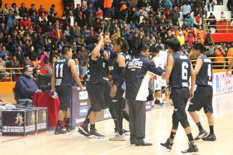 El festejo del equipo tras el primer triunfo de un equipo boliviano.