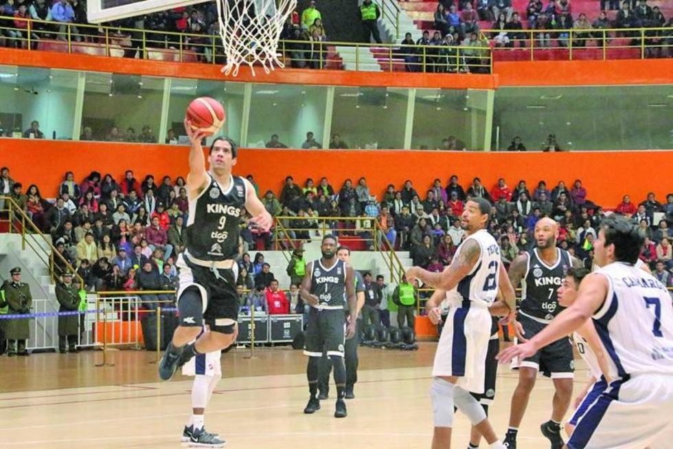 Luis Ljubetich convierte dos puntos ante la pasividad de los jugadores locales.