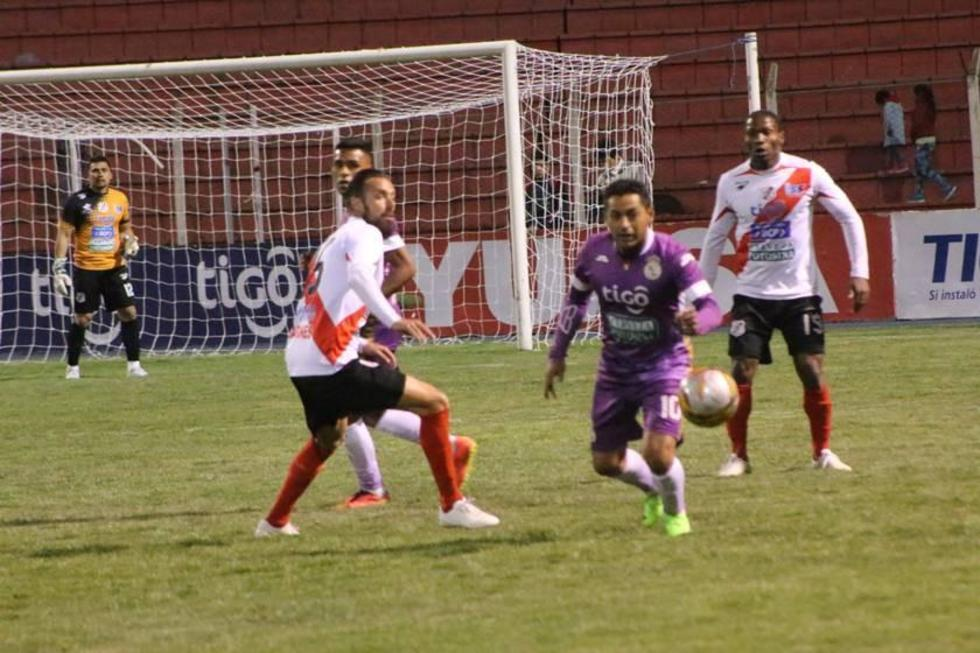 Darwin Peña busca el esférico ante la presión de sus rivales.