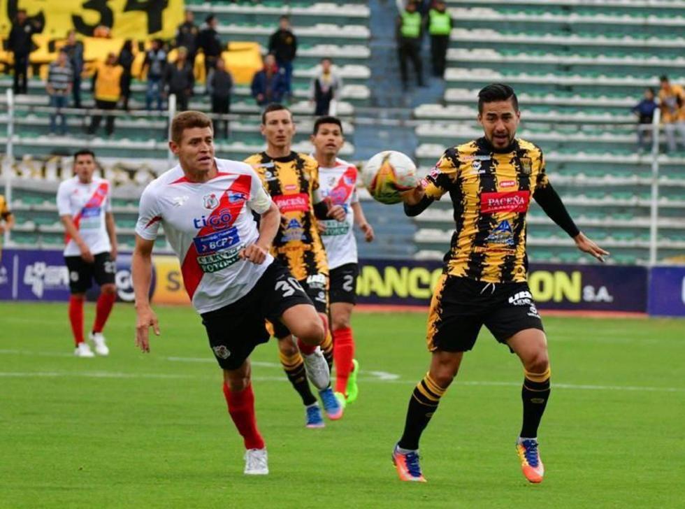 Miguel Hoyos y Rodrigo Ramallo buscan adueñarse del balón.