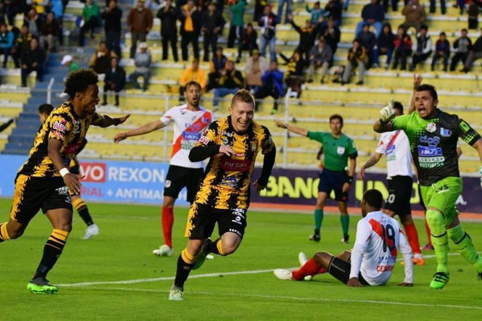 Alejandro Chumacero (c) festeja el gol del triunfo para el local.