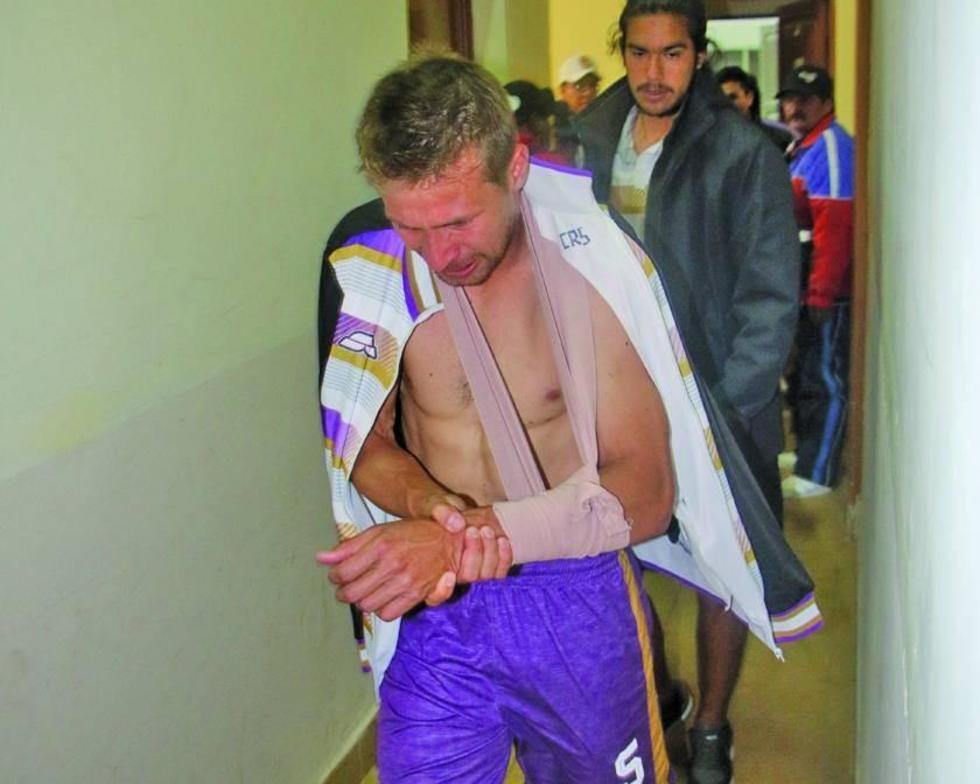 Claudio Centurión abandona el vestuario tras la lesión en la clavícula.