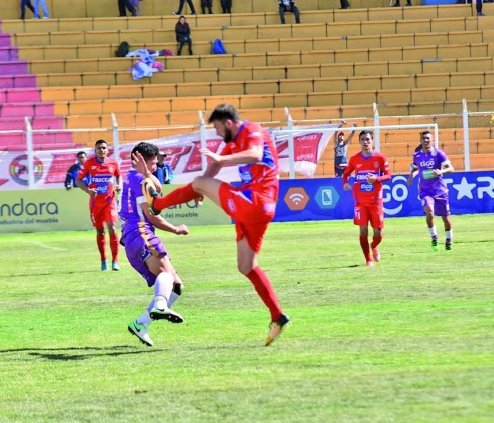 Vladimir Castellón recibe la arremetida por parte del defensor Rodrigo Colombo.