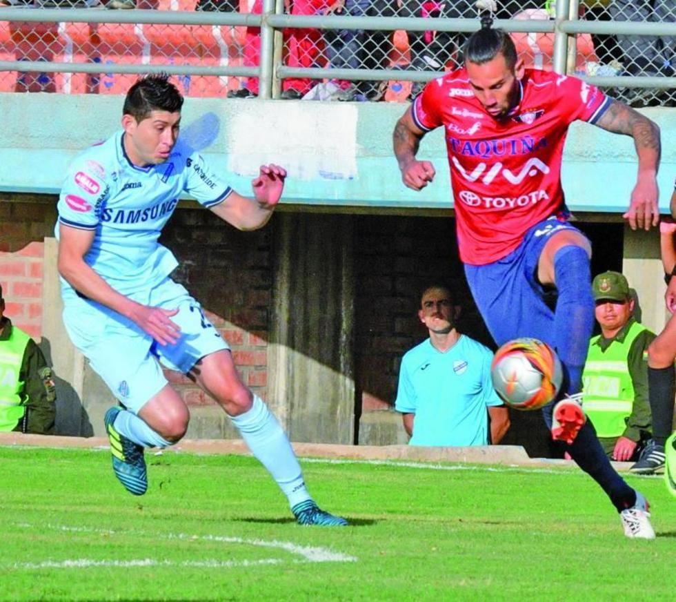 Pedro Azogue y Fernando Saucedo disputan el balón.