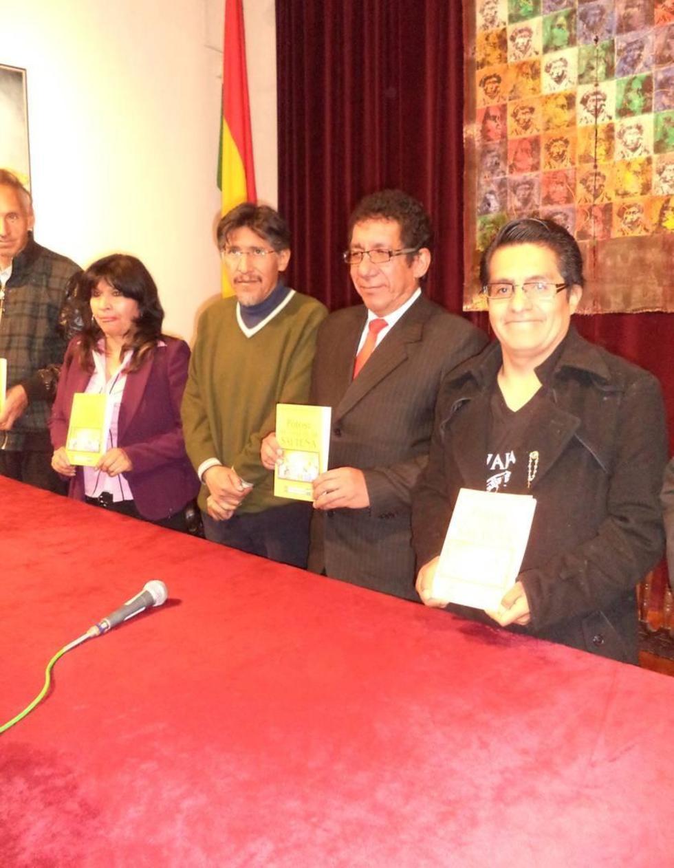 El autor y funcionarios muestran el material en la Casa de Moneda.