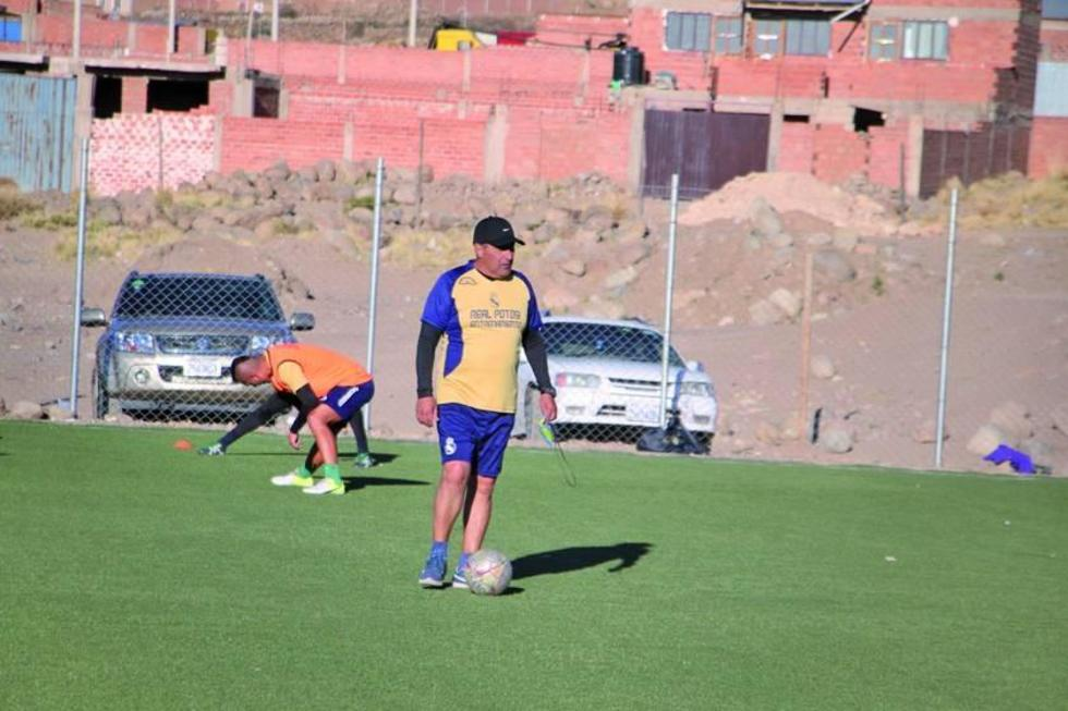 El técnico Julio Alberto Zamora sufrió una descomposición en el partido contra Universitario.