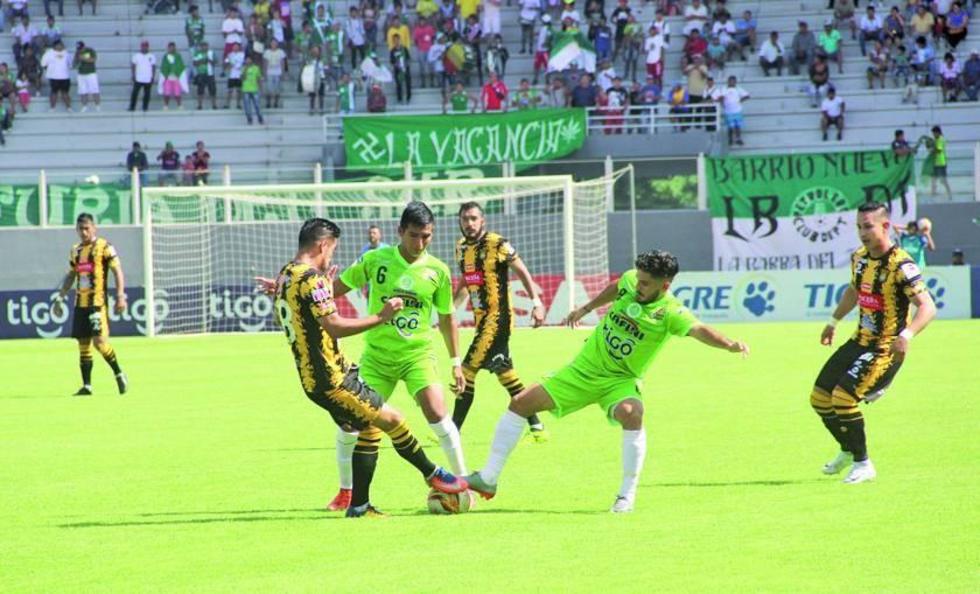 De izq. a der. Rodrigo Ramallo, Álvaro Quiroga, Carlos Melgar pugnan por el balón.