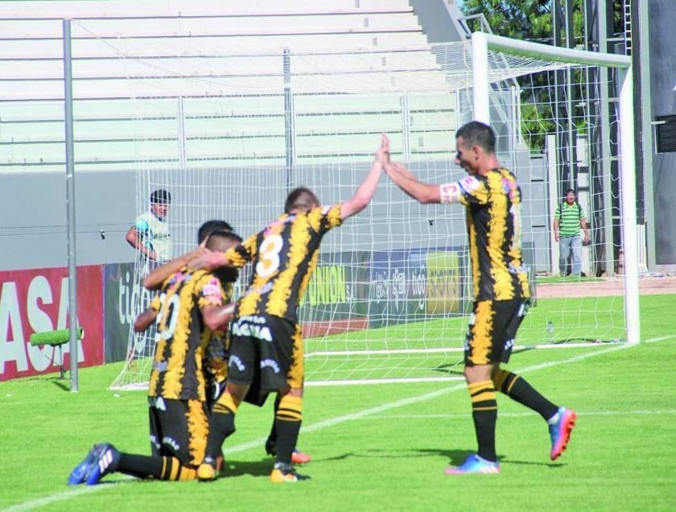Los jugadores paceños festejan el gol de la victoria.