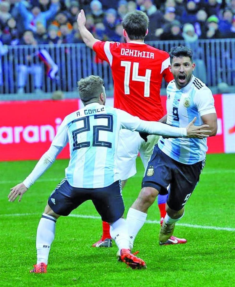 Sergio Agüero (d) celebra su gol.