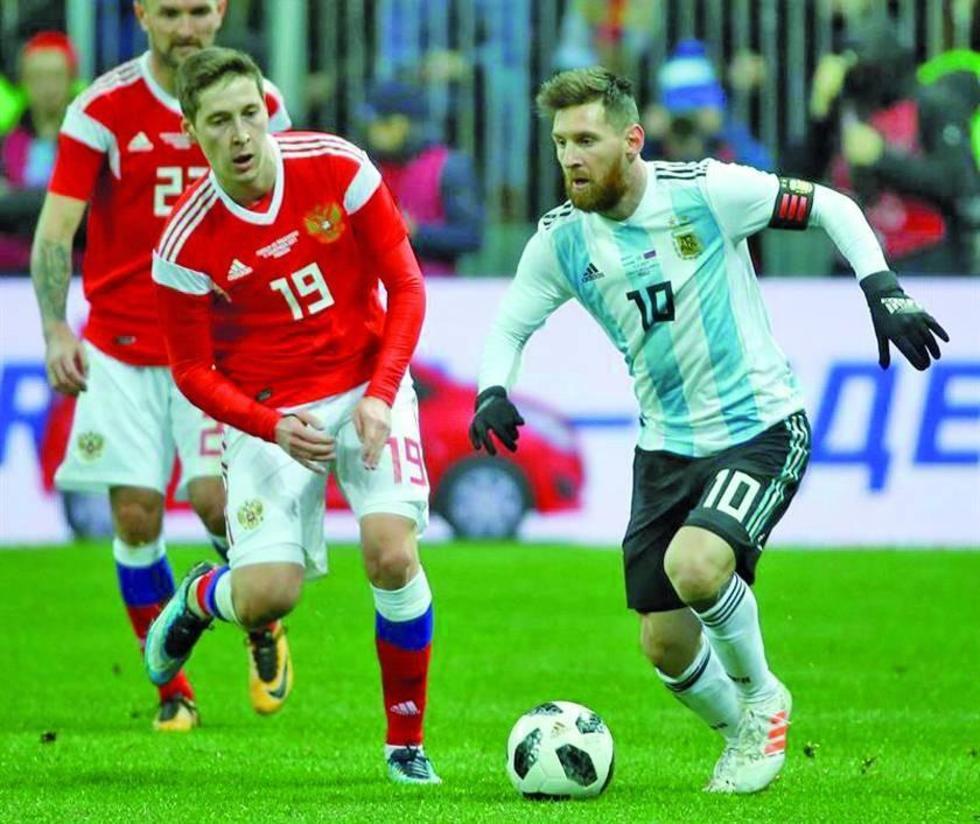 El astro argentino Lionel Messi controla el balón ante la marca de su rival.