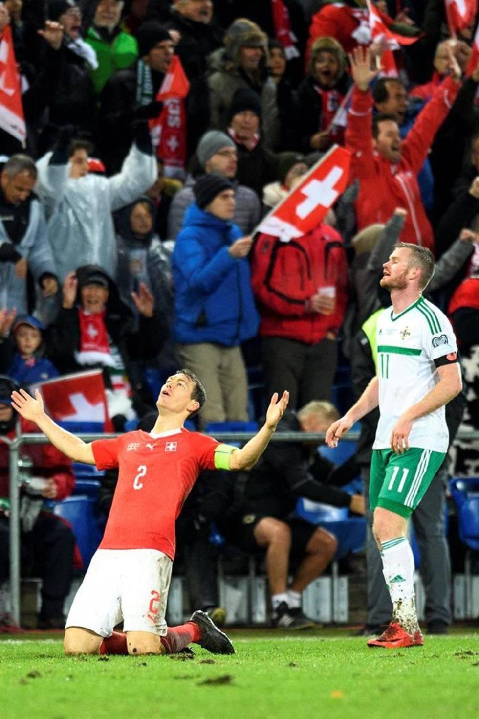 El defensor Stephan Lichtsteiner (i) festeja el triunfo.