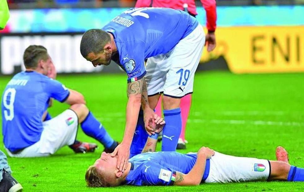 Los jugadores de Italia muestran su abatimiento después del partido.