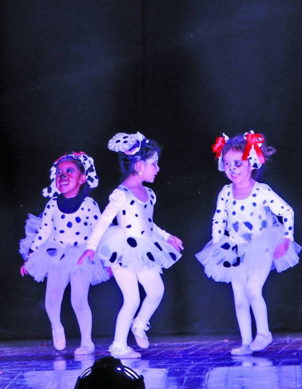 """Las niñas representaron el baile de """"101 dálmatas""""."""