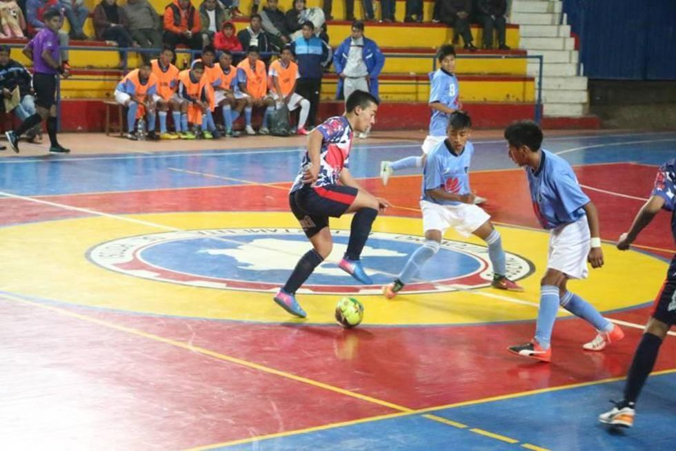 Yerco Roncal, de Potosí, controla el balón.