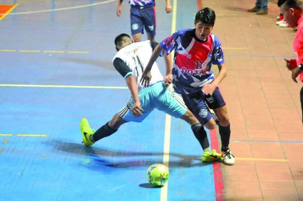 Israel Gutiérrez, de Potosí, controla el balón.