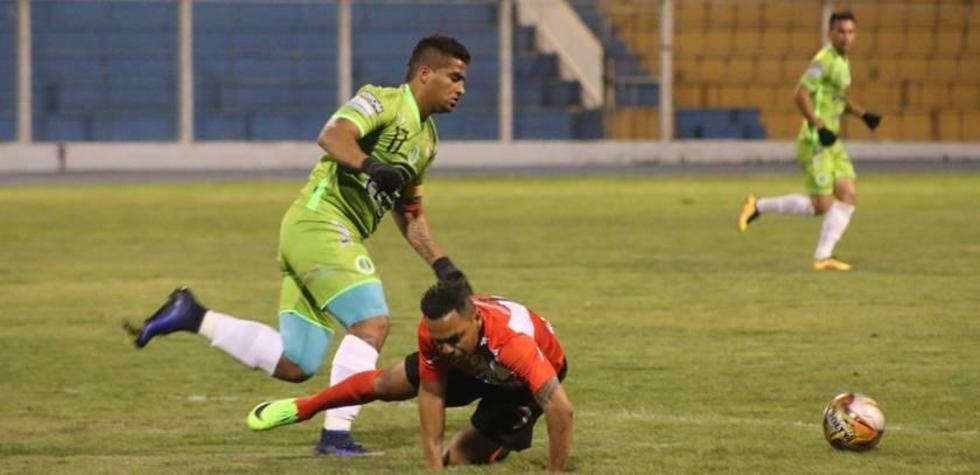 Juan Camilo Ríos y Thiago Do Santos chocan en busca del balón.