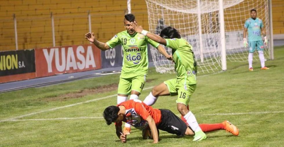 Diego Rivero y Eduardo Puña derriban a su rival.