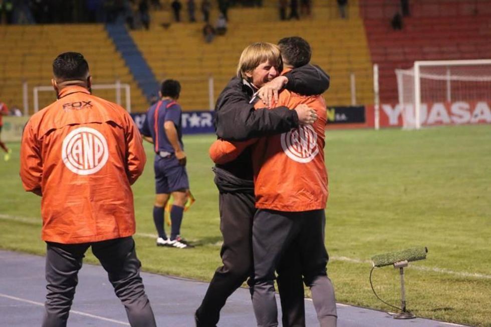 Los integrantes del cuerpo técnico del conjunto potosino se abrazan tras el triunfo.