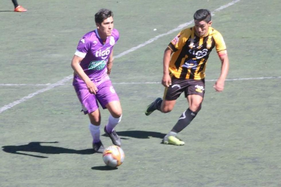 Cristian Urdidinea, de Real controla el balón.