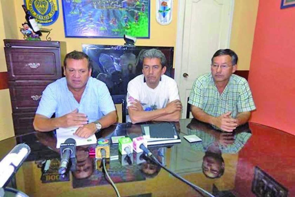 Los representantes de los futbolistas en una conferencia de prensa.