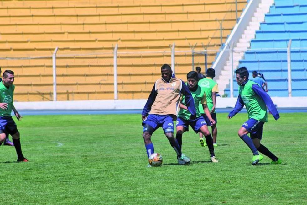 El delantero Augusto Andaveris controla el balón.