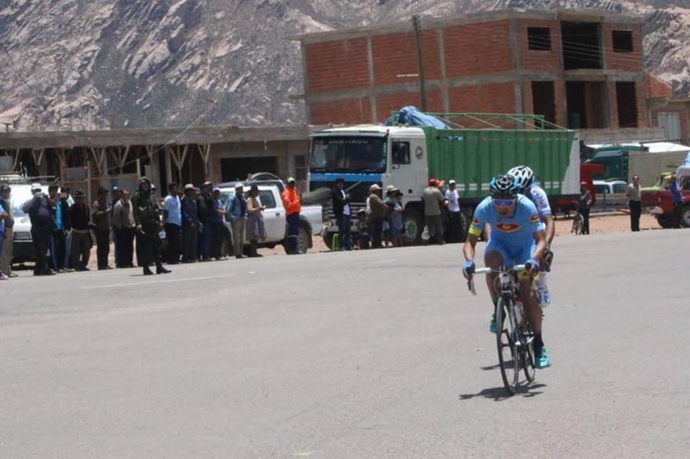 El ciclista potosino en su ingreso a Betanzos.