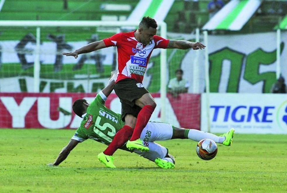 Thiago Do Santos trata de eludir a su rival.