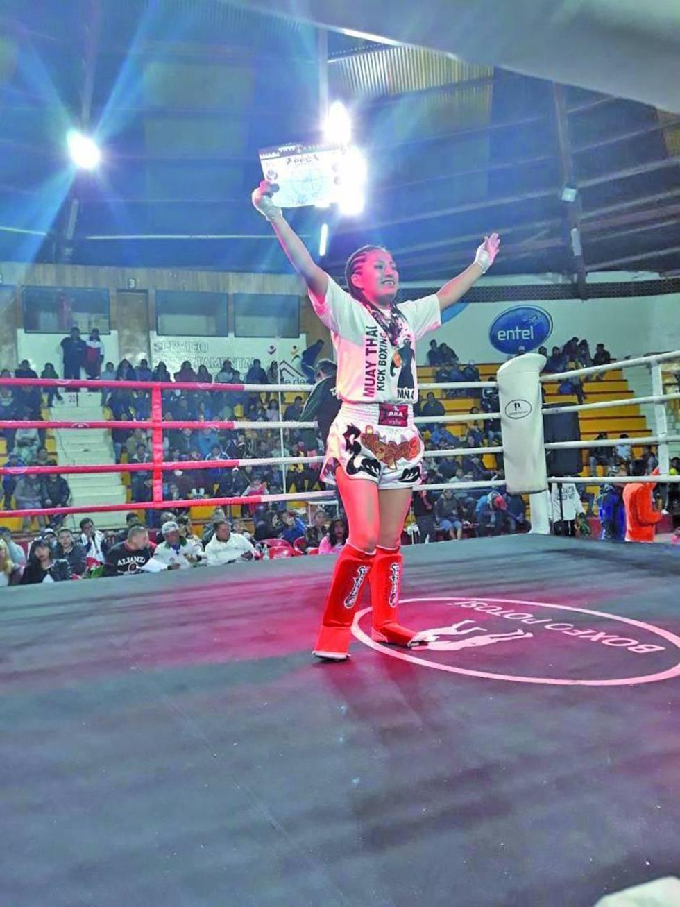 Roxana Mamani, de Potosí celebra su victoria.