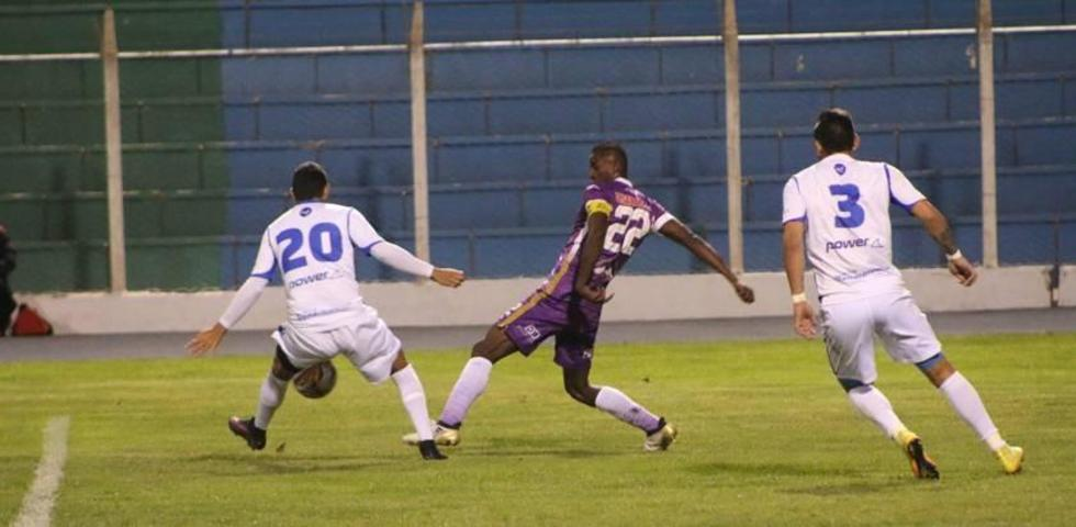 Augusto Andaveris pelea por el balón ante dos rivales.
