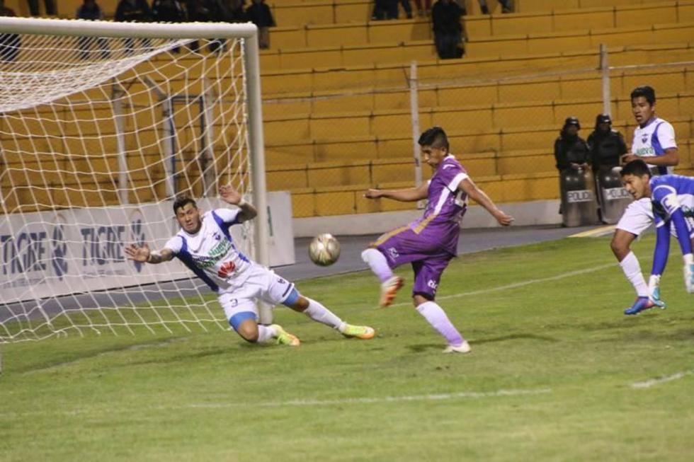 Víctor Machaca remata para convertir el primer gol de los locales.