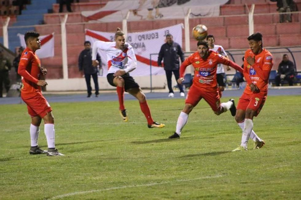 Cristian Alessandrini remata el balón en un ataque de los locales.