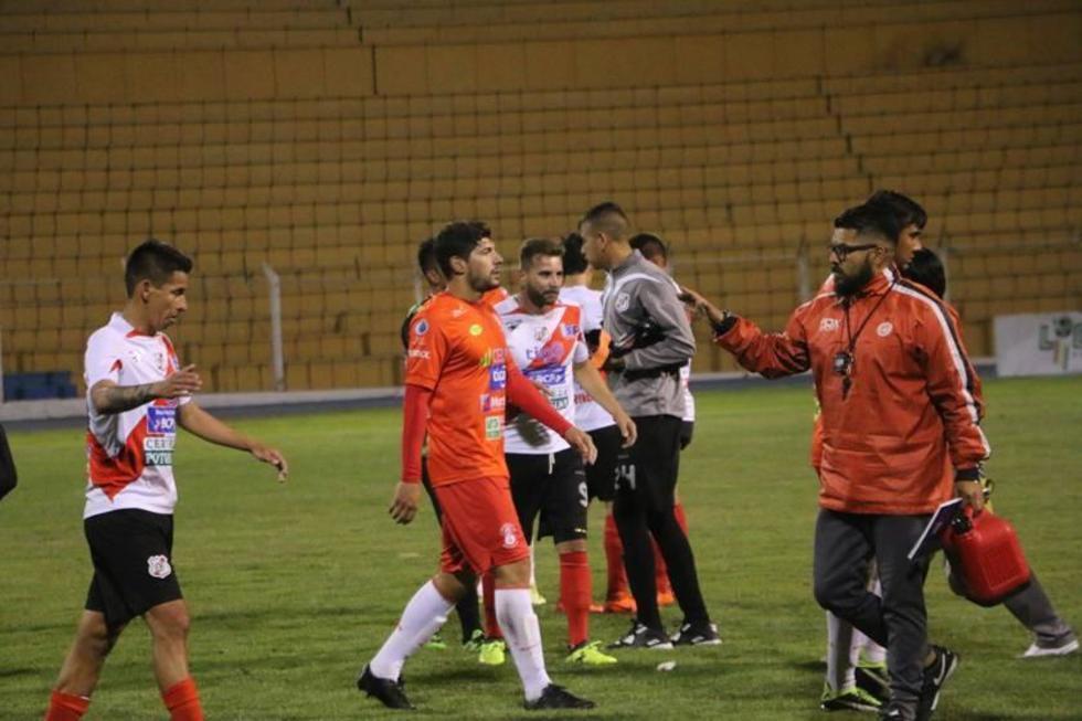 El equipo potosino festeja al final del partido la victoria lograda.