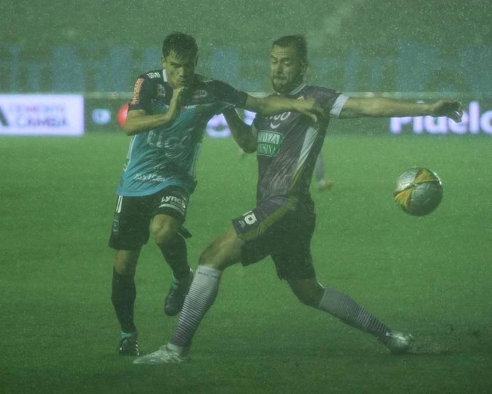El partido de la décima novena fecha se jugó bajo una intensa lluvia.